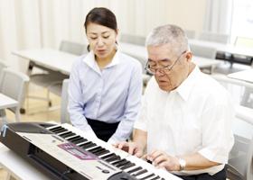作業療法センター、ピアノを弾く老人